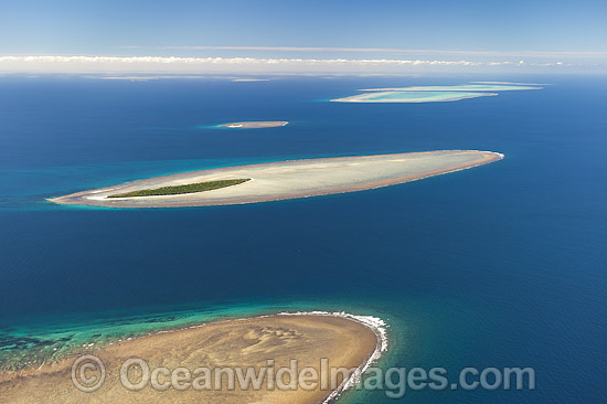 Aerial view of Polmaise Reef, Masthead Island Reef, Erskine Island Reef, Wistari Reef, Heron Island Reef and Sykes Reef (showing from foreground to distant background). Capricorn Group, southern Great Barrier Reef, Qld, Australia. Photo - Gary Bell